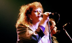 Kirsty-MacColl-performing-002