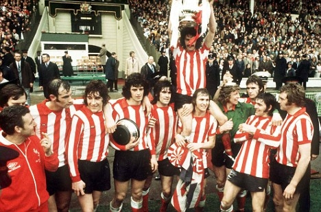 Sunderland raise the FA Cup