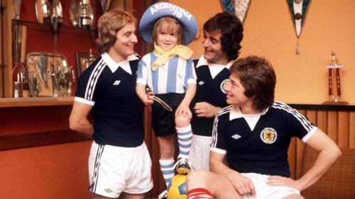 File picture dated 1978, Scottish Footballers Willie Donachie, Lou Macari and Asa Hartford with their mascot, prior to the 1978 World Cup Finals in Argentina (Photo by Bob Thomas/Getty Images)